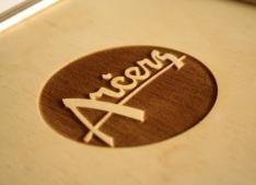Iegravēts uzņēmuma logo